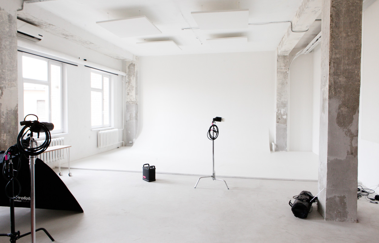 но, почему-то фотостудия в аренду с прозрачным кубом произошел